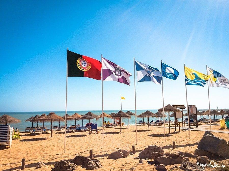 Algarve Portogallo spiaggia bandiere Quarteira