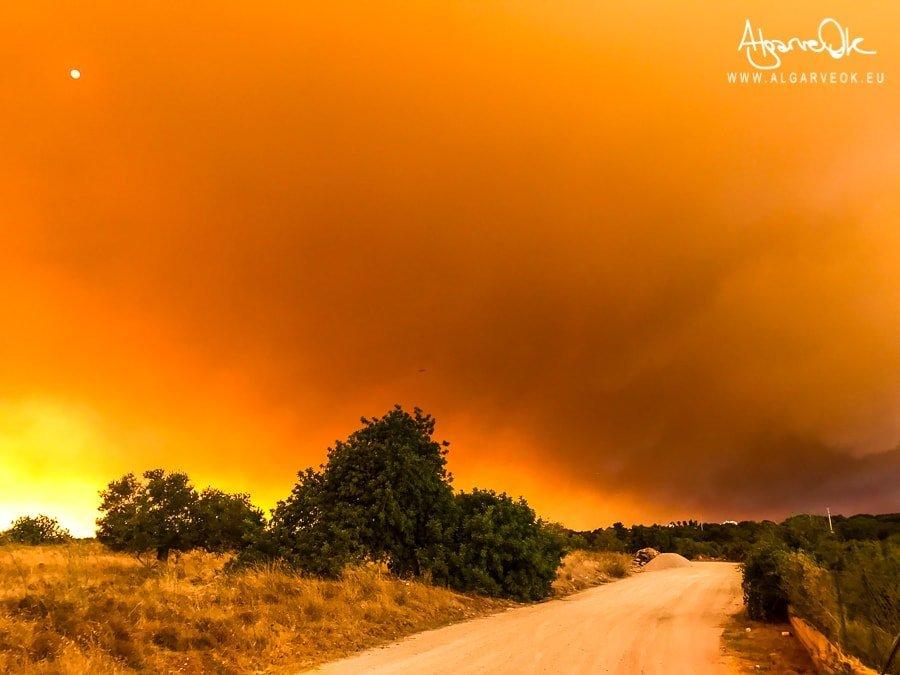 Foto nuvola di fumo incendio Portogallo Algarve in arrivo da Monchique su Albufeira